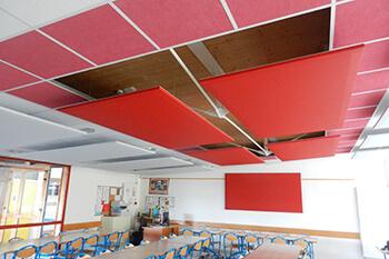 système d'isolation phonique dans un réfectoire scolaire