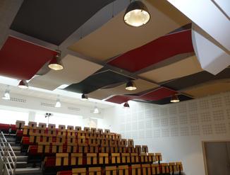 Panneaux acoustiques suspendus dans une salle en amphithéâtre