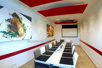 Panneaux acoustiques dans une salle de réunion