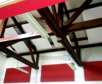 Panneaux acoustiques effleurant les murs