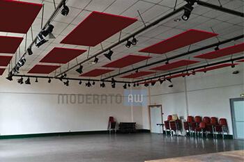 panneaux acoustiques suspendus dans une salle de spectacle